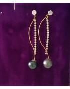 Boucles d'oreilles en or 14 carats et leurs perles de Tahiti.